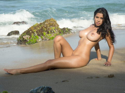 Morena Gostosa Colombiana Kendra Roll Mostrando seus Peitos Grandes ao ar livre
